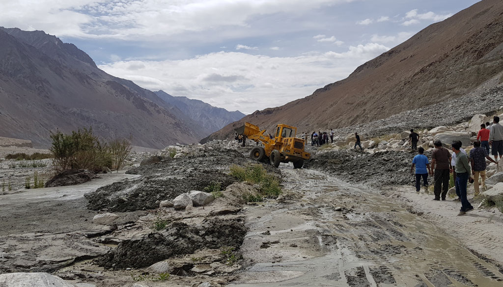 moto4fun-motorcycle-tours-india-2018-himalaya-Khardung-la-BRO-in-action-clearing-landslide